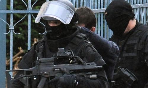 police casquée cagoulée.jpg