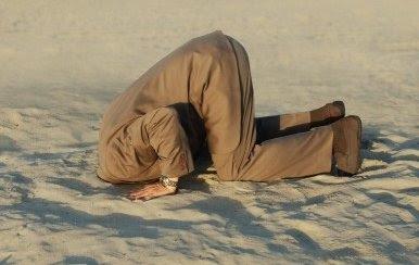 homme tête dans le sable.jpg